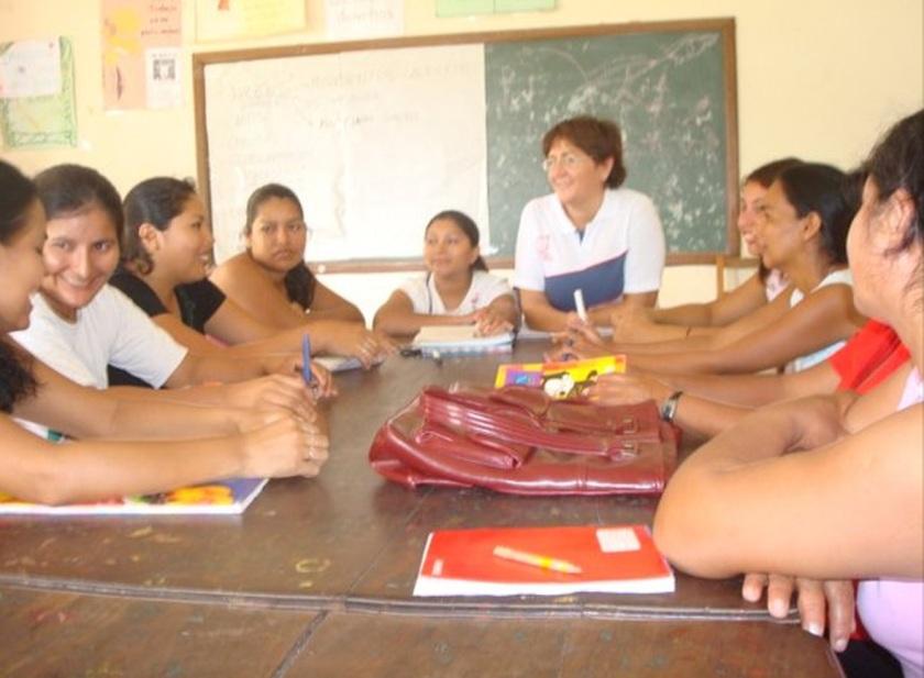 La misionera Maria José Velert dando clase a niños en Bolivia