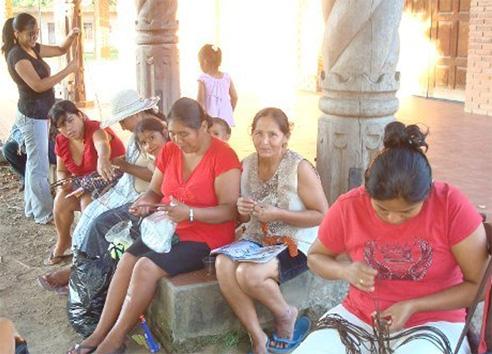 María José Velert enseñando a mujeres bolivianas