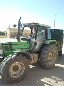 Tractor transportando arroz